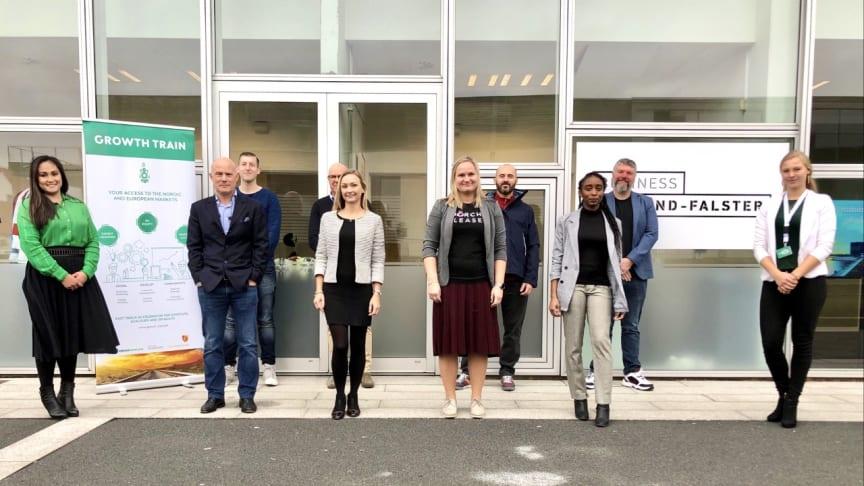 Deltagere, undervisere og repræsentanter fra Business Lolland-Falster poserer foran iværksættermiljøet på Slotsbryggen i Nykøbing Falster.