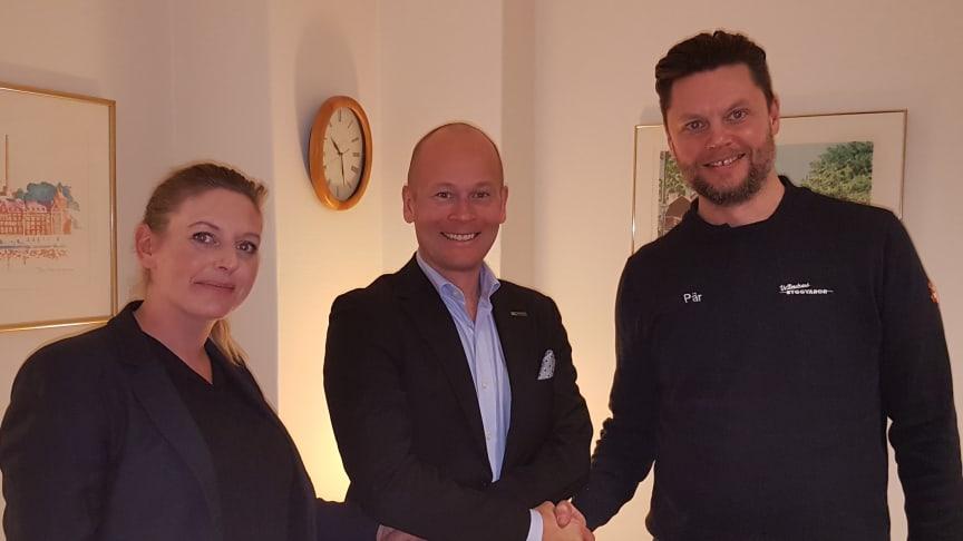 Johan Rosendahl, VD på XL-BYGGPARTNER (i mitten) skakar hand med de tidigare ägarna Elin Jättne (t.v.) och Pär Fredin (t.h)