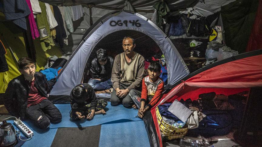 En familj som lever i olivlunden utanför Morialägret. Bild: Anna Pantelia