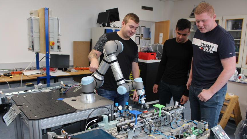 Automatikteknikerleverne Mikkel, Nicklas og Kristoffer med deres svendeprøveprojekt