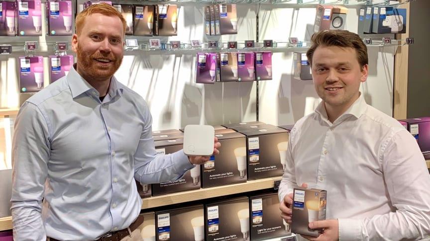 Erik Stokkeland (f.v.), medgründer og adm. direktør i Futurehome, sammen med Per Kristian Nygard, produktsjef for Smarthjem i Elkjøp. Foto: Telia Norge