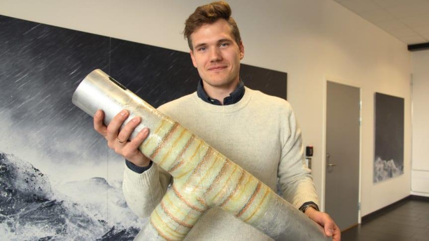 -Wrapping er en meget kostnadseffektiv løsning, forteller Beerenbergs Bertil Bargård. Han viser fram en wrapping med åtte lag, som er herdet og takler store påkjenninger.