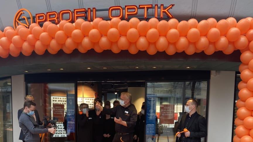 Profil Optiks store flagshipstore blev officielt indviet af den lokale butikschef Carsten Nedergaard, som klippede snoren kl. 8.30 og inviterede kunderne indenfor. Butikken er kædens state-of-the-art inden for øjensundhed.