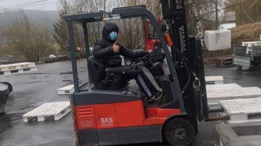 Å beherske en truck er nyttig kompetanse på veien inn i arbeidsmarkedet. (Foto: Oussama Sealiti)