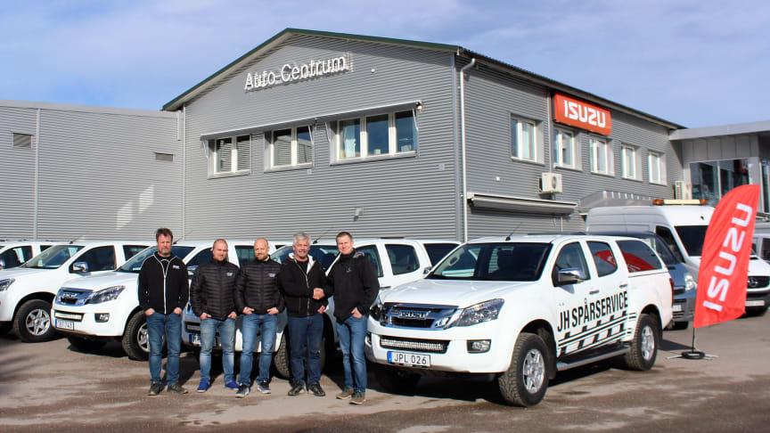 """Anders Lindbom från Auto-Centrum (t.h.) skakar hand med Jahn-Hardy """"JH"""" Skoog vid leveransen av de sex bilarna till JH Spårservice. Till vänster väntar Tobias Högkvist, Jimmy Nilsson och Mikael Karlsson ivrigt på att få sätta sig i nyförvärven."""
