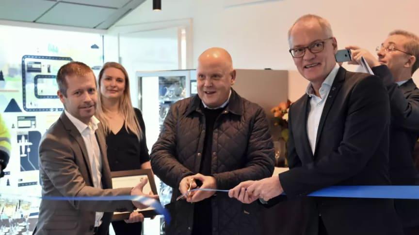 Kjell-Åke Westin, flygplatsdirektör Stockholm Arlanda Airport, klippte bandet och invigde parkeringen tillsammans med Olov Holst, kommunstyrelsens ordförande i Sigtuna kommun(till höger), Dieter Sand, vd Arlandastad Holding AB (till vänster).