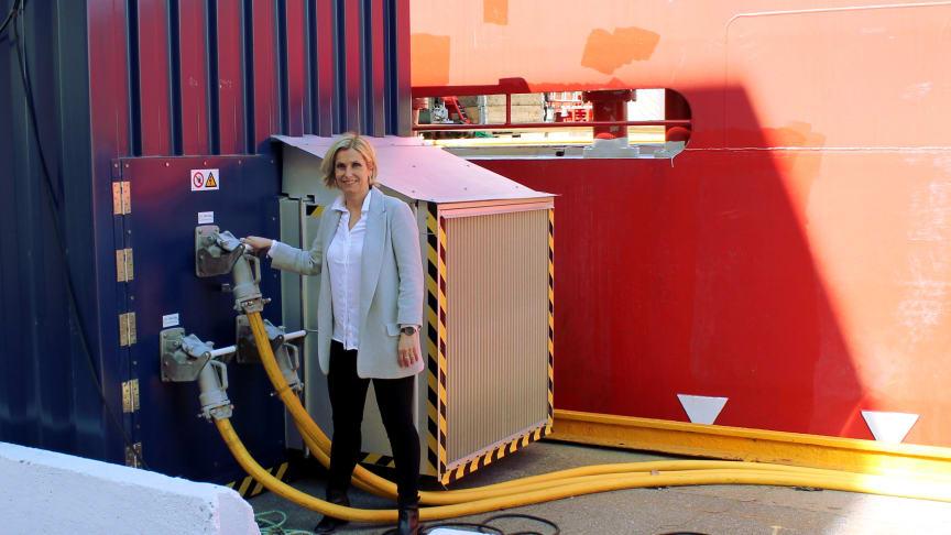 Markedsdirektør Audhild Kvam i Enova ved mobilt landstrømanlegg i Kristiansand Havn