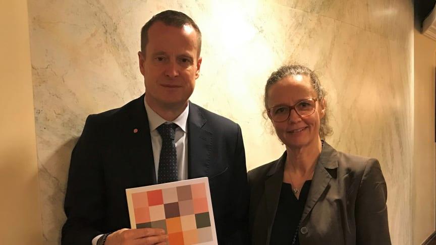 DIGG:s generaldirektör Anna Eriksson överlämnar AI-rapporten till energi- och digitaliseringsminister Anders Ygeman.