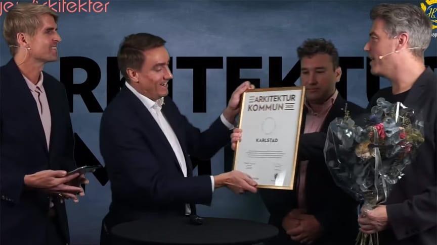 Erik Nilsson (KD), ordförande stadsbyggnadsnämnden tar emot priset.