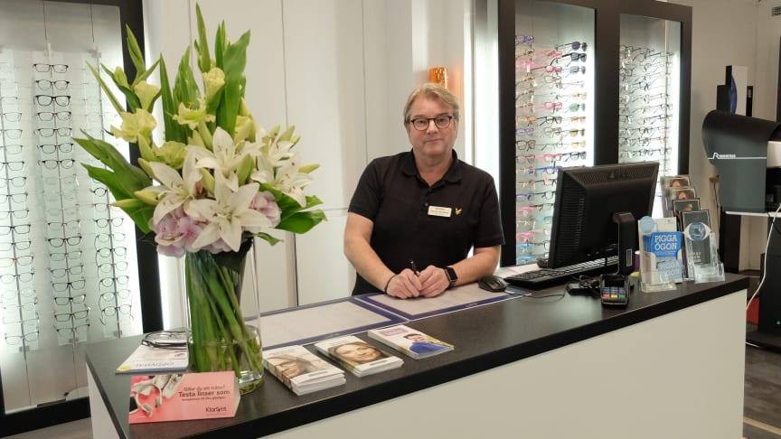 Kenneth Nettelbladt driver optikerbutiken Din Optiker Östermalm på Linnégatan i Stockholm. Idag är butiken en av de som ligger i framkant vid tillverkning och tillpassning av glasögonglas med individuellt anpassade glas.