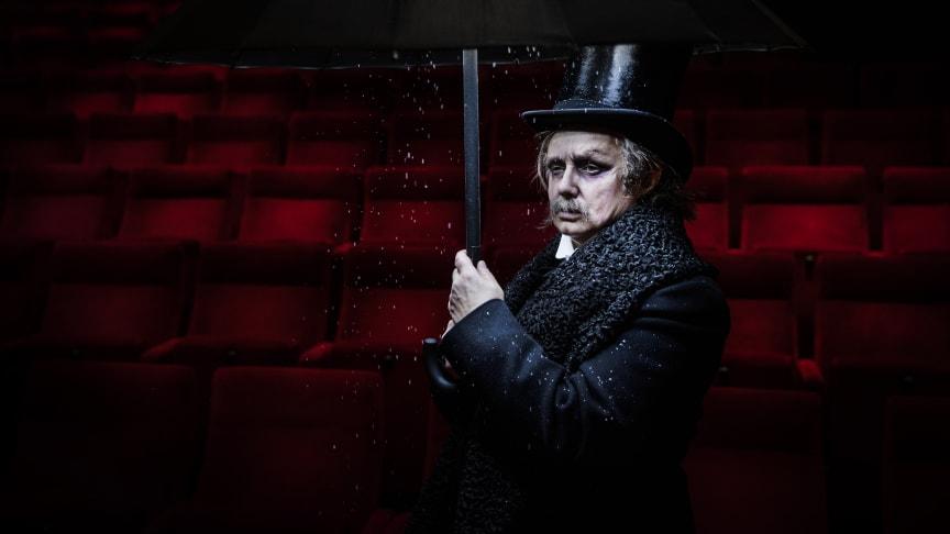Maria Kulle i rollen som Ebenezer Scrooge.