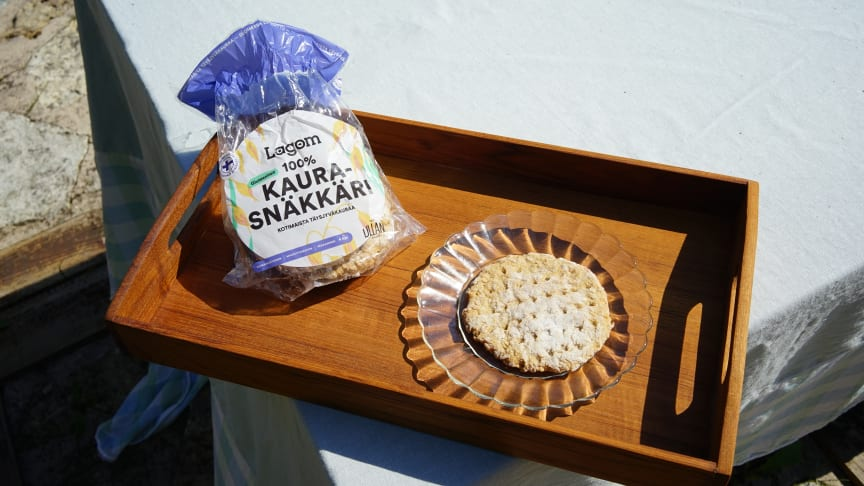 Kotimaiseen täysjyväkauraan leivottu Lagom 100% KauraSnäkkäri on markkinoiden ensimmäinen kokonaan kaurainen näkkileipä