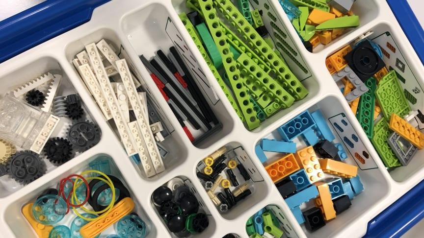 Eleverna får lära sig grunderna i programmering med hjälp av Lego Education i ett innovativt, utmanande  och lärorikt upplägg
