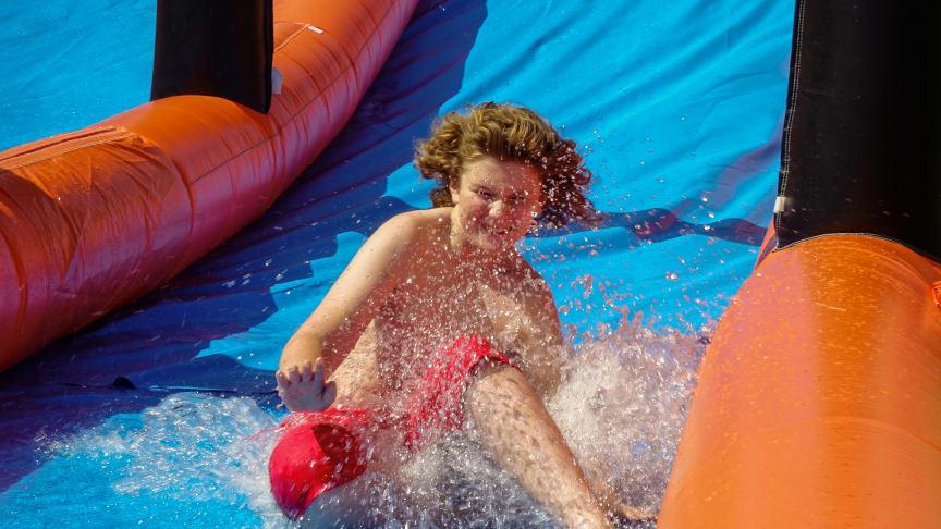 En av aktiviteterna är den 40 meter långa vattenrutschkanan som är populär bland barnen.