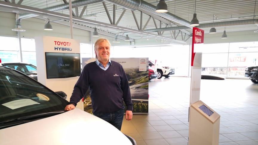 Toyotas hybridbiler er svært ettertraktede i markedet, sier Leif Forsland, bilselger hos Nordvik Toyota Harstad. Foto: Nordvik AS.