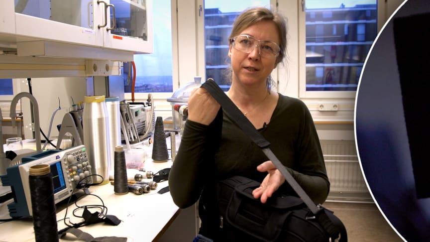 Anja Lund med en bit av den elektriska textilen i axelremmen på en väska (den ljusare delen). Inklippt till höger är en lysdiod som blinkar för att el genereras när textilen töjs.