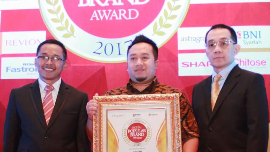 Bp.Syahrizal Aprianto – Consumer Product Marketing Epson Indonesia saat menerima  Penghargaan dalam Indonesia Digital Popular Brand Award 2017