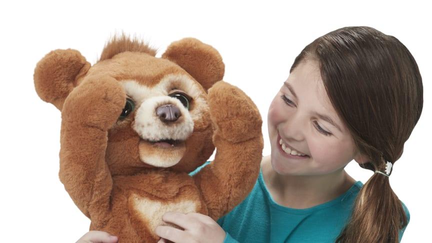 Cubby, der liebenswerte interaktive Knuddelbär ist die Top-Neuheit von furReal. Bild: Hasbro