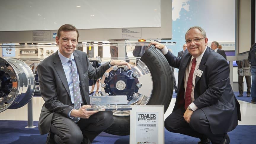 v.l.: Carlo Lazzarini, Mitglied der Geschäftsleitung Trailerequipment und Solutions, und Dr. Markus Kliffken, Mitglied der Geschäftsleitung Innovationsmanagement, freuen sich über den Trailer Innovationspreis für die Reifendruckregelanlage AirSave.
