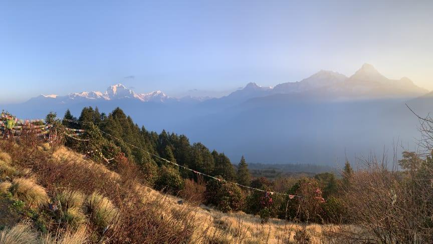 När solen går upp över bergstopparna