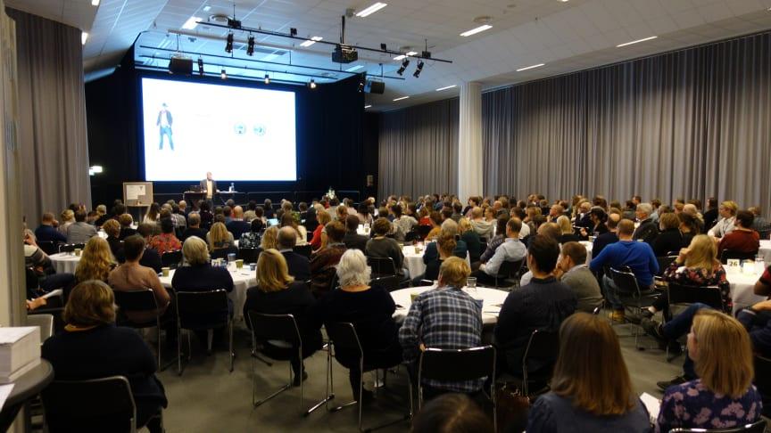 Nära 300 deltagare hade kommit till Skogslänet Västerbottens och Skogsnolias konferens om normkritik i skogen. På scenen talar Jesper Fundberg, Malmö Universitet.