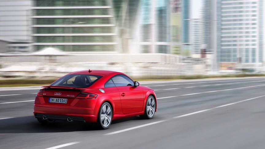 Audi TT Coupé (tangorød) dynamisk bagfra