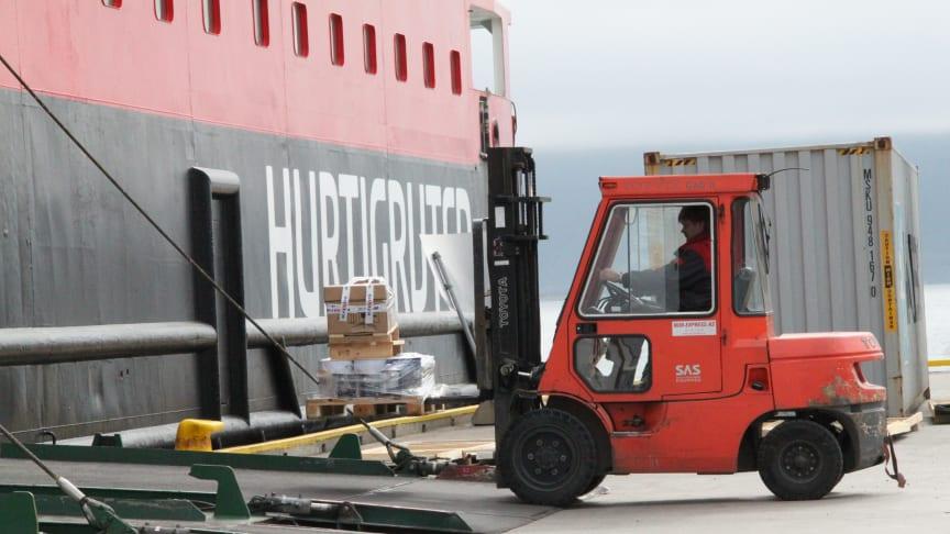 LIVSLINJE: Hurtigruten har siden 1893 fraktet gods og lokalreisende langs norskekysten. Foto: NINA HELLAND/Hurtigruten