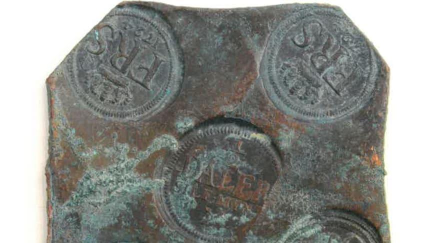 Ett av 21 kopparplåtmynt som en familj i Kristianstads kommun hittade påtomten.科帕帕普尔21号公寓。米恩特弗尔斯塔hälften av 1700 talet och deär knappt tio厘米布雷达。福图:斯克涅州Länstyrelsen Skåne(CCBY)