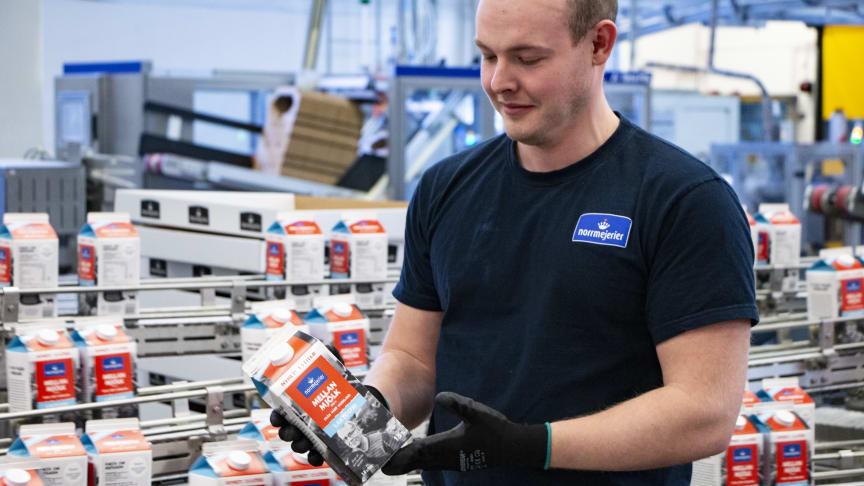 Jonatan Karlsson, operatör vid Norrmejerier och med vid igångkörning av den nya produktionslinan med 1,5-literförpackning. Foto: Mariann Holmberg