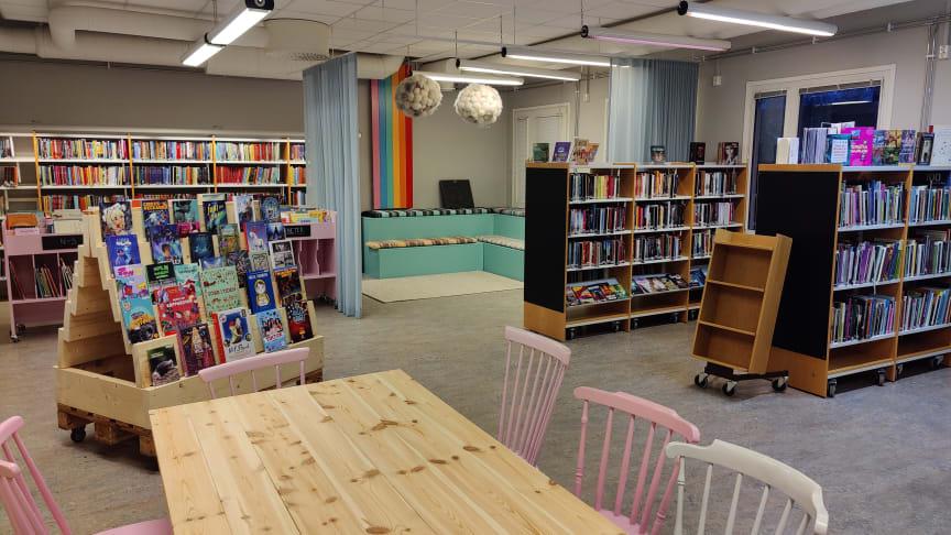 Nytt färgglatt och mysigt biblioteksrum