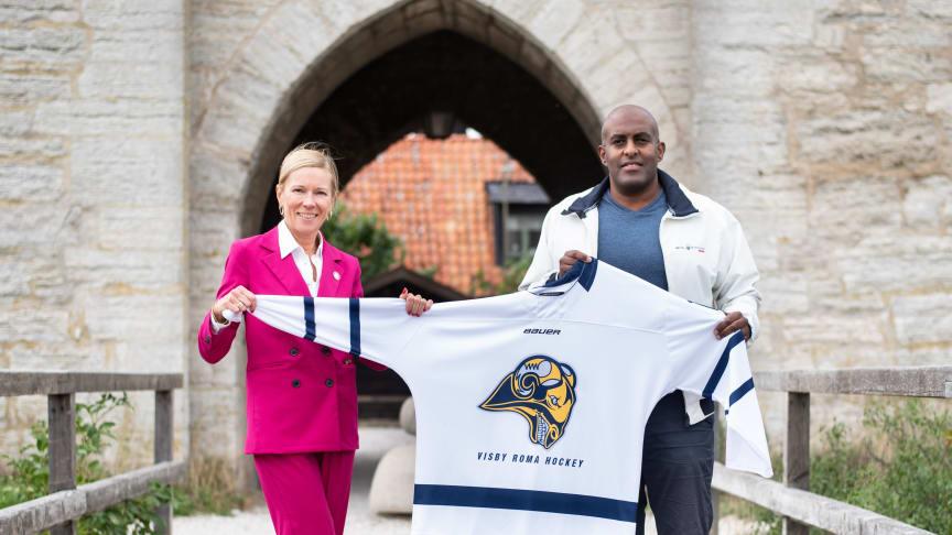 AirGotlands VD Tiina Mykkänen tillsammans med André Lundholm, Sport & Marknadschef Visby Roma Hockey