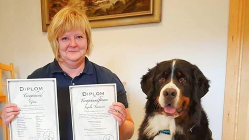 Gosa har fått diplom efter genomförd utbildning och kan kalla sig terapihund. Matte Ingela Svensson och Gosa jobbar i Sjöbo kommuns HUR-grupp.