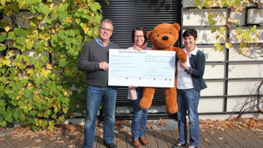 Andreas und Ute Herrmann übergeben den Scheck über sensationelle 4.600 Euro an Kerstin Stadler von Bärenherz