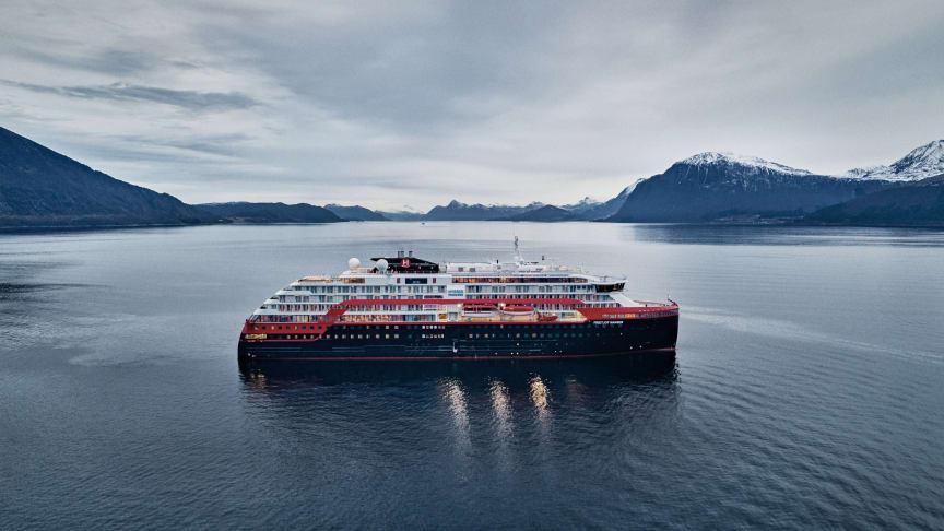 MS Fridtjof Nansen er her på prøvetur i fjordane på Sunnmøre. Foto: MotionAir / Hurtigruten