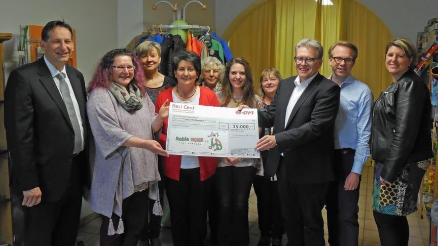 Einen Scheck über 15.000 Euro überreichte Bayernwerk-Gesamtbetriebsratsvorsitzender Albert Zettl (3. v. r.) an Robin-Hood-Vorsitzende Claudia Heitzer (2. v. l.).