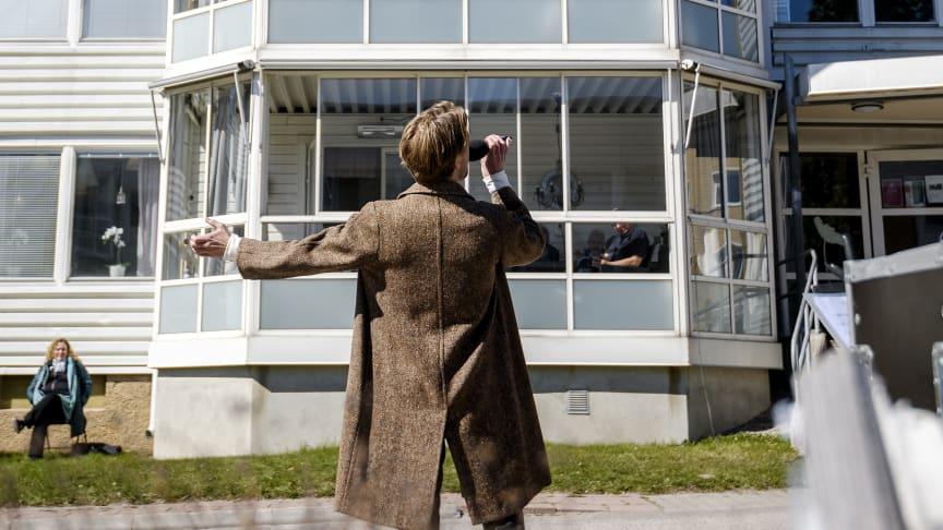 Teater Västernorrlands skådespelare och musikalartist Petter Snive sjunger utanför ett äldreboende i Sundsvall. Genom projektet Livskraft hoppas Scenkonst Västernorrland kunna hitta arbetsmodeller för att kontinuerligt nå ut till särskilda boenden.