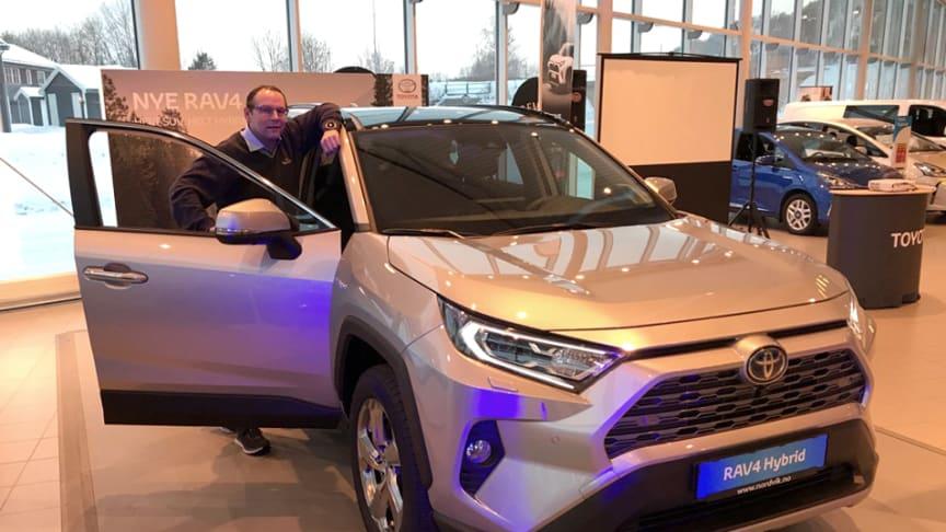 Mo i Rana: Bilselger Thomas Campos Einmo hos Nordvik er klar for lansering av nye RAV4 Hybrid.