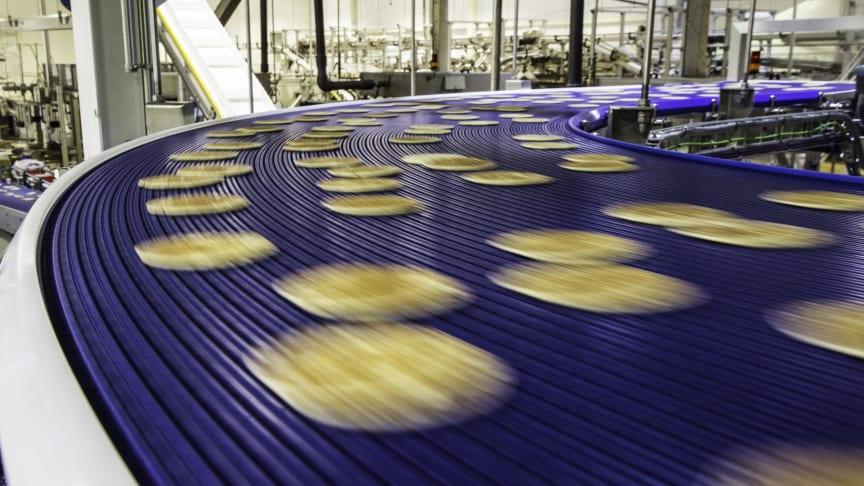 Pannkakor färdas på FlexLinks bansystem i Lantmännens fabrik i Laholm.