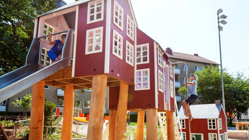 """Kopplingen till dåtidens barnrikehus och nödbostäder syns i lekhusen som är utformade som kök, sovloft och utedass. På lekplatsen gestaltas teman som odling, barnsjukdomar och en """"soptipp"""" som knyter an till de svåra förhållande som rådde förr."""