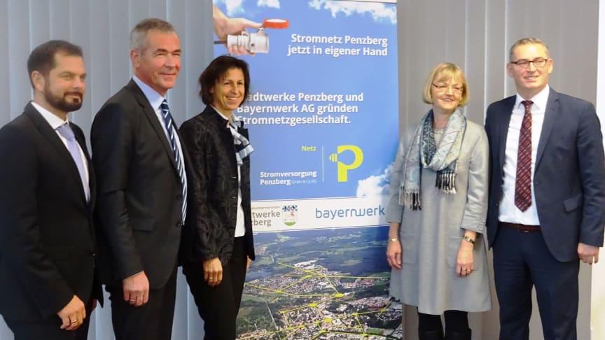 Wollen die Energiewende vor Ort meistern: die beiden künftigen Geschäftsführer Vilgertshofer (Stadtwerke Penzberg, 2. v. l.) und Kryeziu (Bayernwerk, r.) sowie Bürgermeisterin Zehetner (M.) und Bayernwerk-Kommunalverantwortliche Jekelius (2. v. r.).