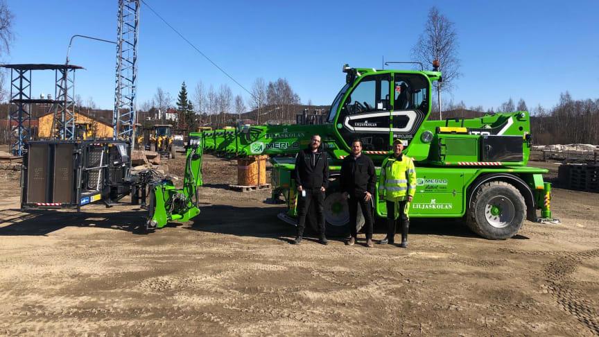 Fredrik, Thomas och Patrik framför Liljaskolans nya Merlo R50.26 S Plus.
