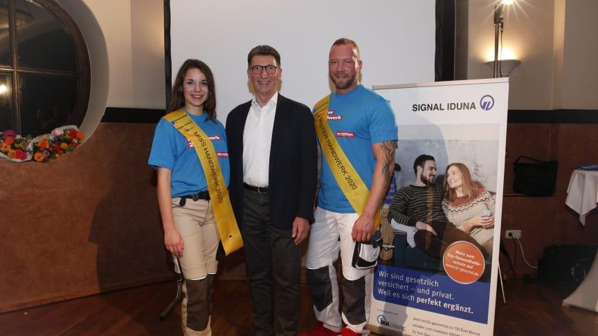 GPP 2020: Ulrich Leitermann, Vorsitzender der Vorstände SIGNAL IDUNA, gratuliert Jule Rombey und Andy Hansen. Foto: Werbefotografie Weiss