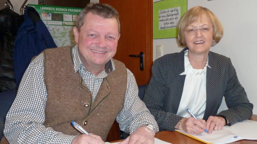 Bürgermeister Lorenz Braun und Regionalmanagerin Ursula Jekelius unterzeichnen den Konzessionsvertrag.