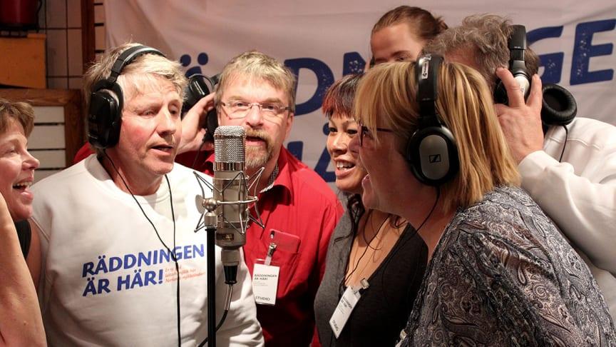 """Elva mjölkbönder samlades i musikstudio för att sjunga in en specialskriven låt """"Räddningen är här"""". Foto: Johan Brändström"""