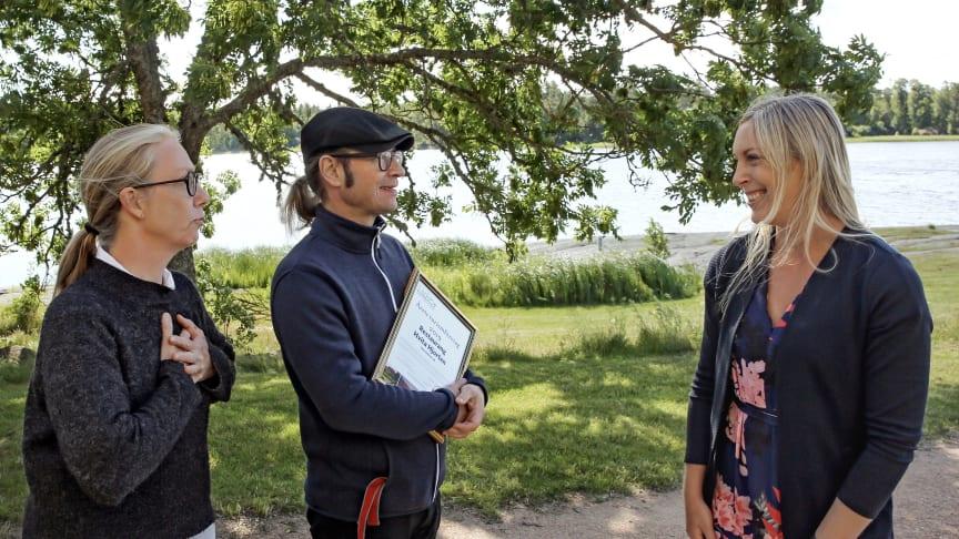 Katrin Ljungblom och Stefan Söderholm tog emot utmärkelsen av Anna Ohlin Ek Destination Läckö-Kinnekulle. Foto: Thomas Kühnel