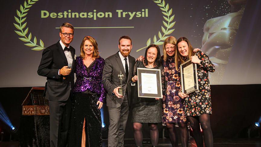 Destinasjon Trysil på scenen for å motta prisen som Årets Reiselivsmarkedsfører. Fra høyre: Gro Kveldro Bruksås, Elisabet Søgaard, Bente Nysæter, Olve Norderhaug, Ellen Arnstad (prisutdeler) og konferansier Øyvind Loven.