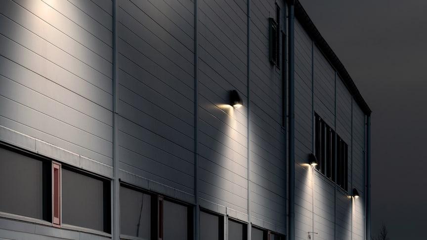 Fasadarmaturen exWall Flex är avsedd för väggmontering utomhus och är lämplig för större byggnader, industrifasader med mera.