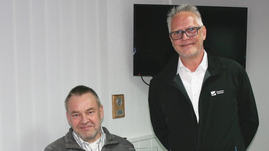 Reddelichs Bürgermeister Ulf Lübs (mit dem Deutsche Glasfaser Zukunftspokal in der Hand) mit Projektleiter Andreas Dankert.