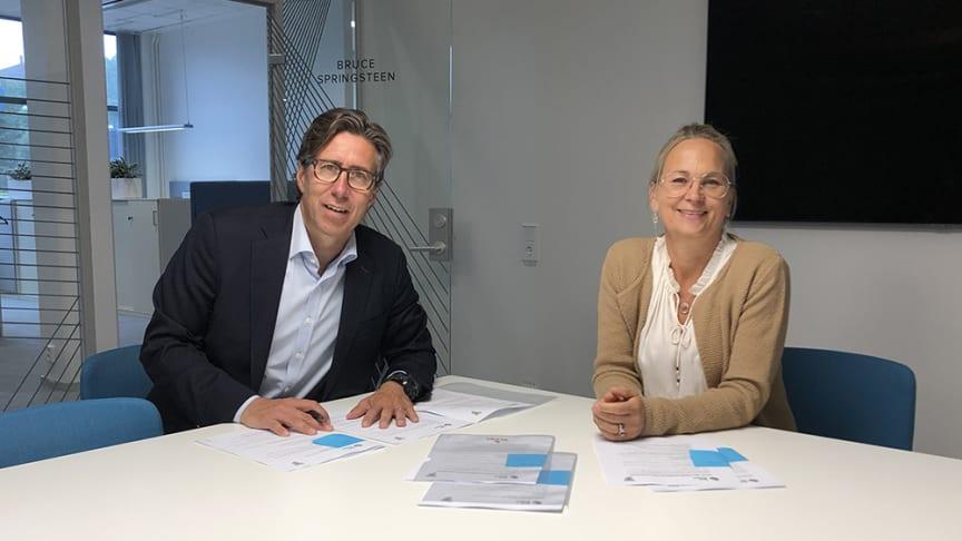 Frölundas klubbdirektör Christian Lechtaler och Got Events vd Lotta Nibell skriver på det nya hyresavtalet.