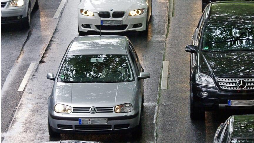 Die Pflicht, bei Stau eine Rettungsgasse zu bilden, hat sich bei vielen Autofahrern noch nicht rumgesprochen. Foto: SIGNAL IDUNA
